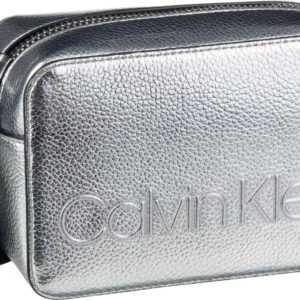 Calvin Klein Umhängetasche Edged Camera Bag Silver ab 73.90 (79.90) Euro im Angebot