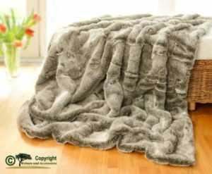 Felldecke aus Fellimitat Grauwolf mit grau-beigem Fell 150x200