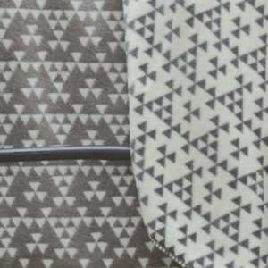 David Fussenegger split wohndecke kleinmuster dreiecke grau