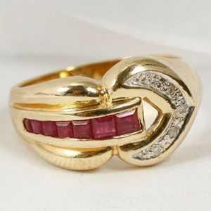Eleganter Ring mit leuchtenden Rubinen und fünf Diamanten; 585 Gelbgold