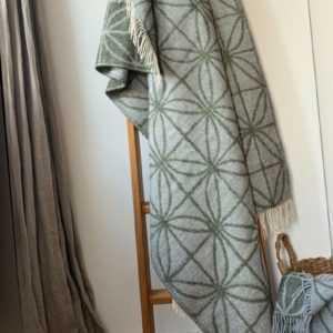 "Extra feine Merinowolle Plaid ""Dots"" 130x180 cm, Moosgrün /"