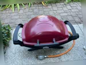 Weber® Q100 Gasgrill Maroon Rot Grill