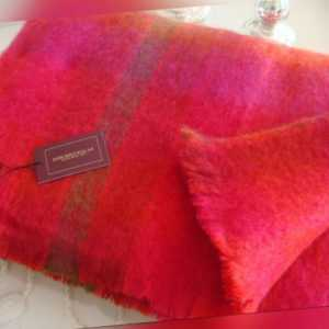 irische Mohairdecke Wolldecke von John Hanly Kirschrot Pink
